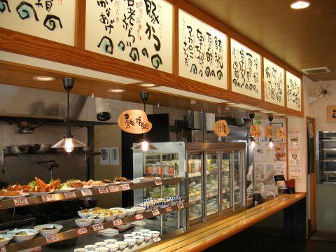 昭和レトロ風の小洒落た大衆食堂のデシャップカウンターイメージ